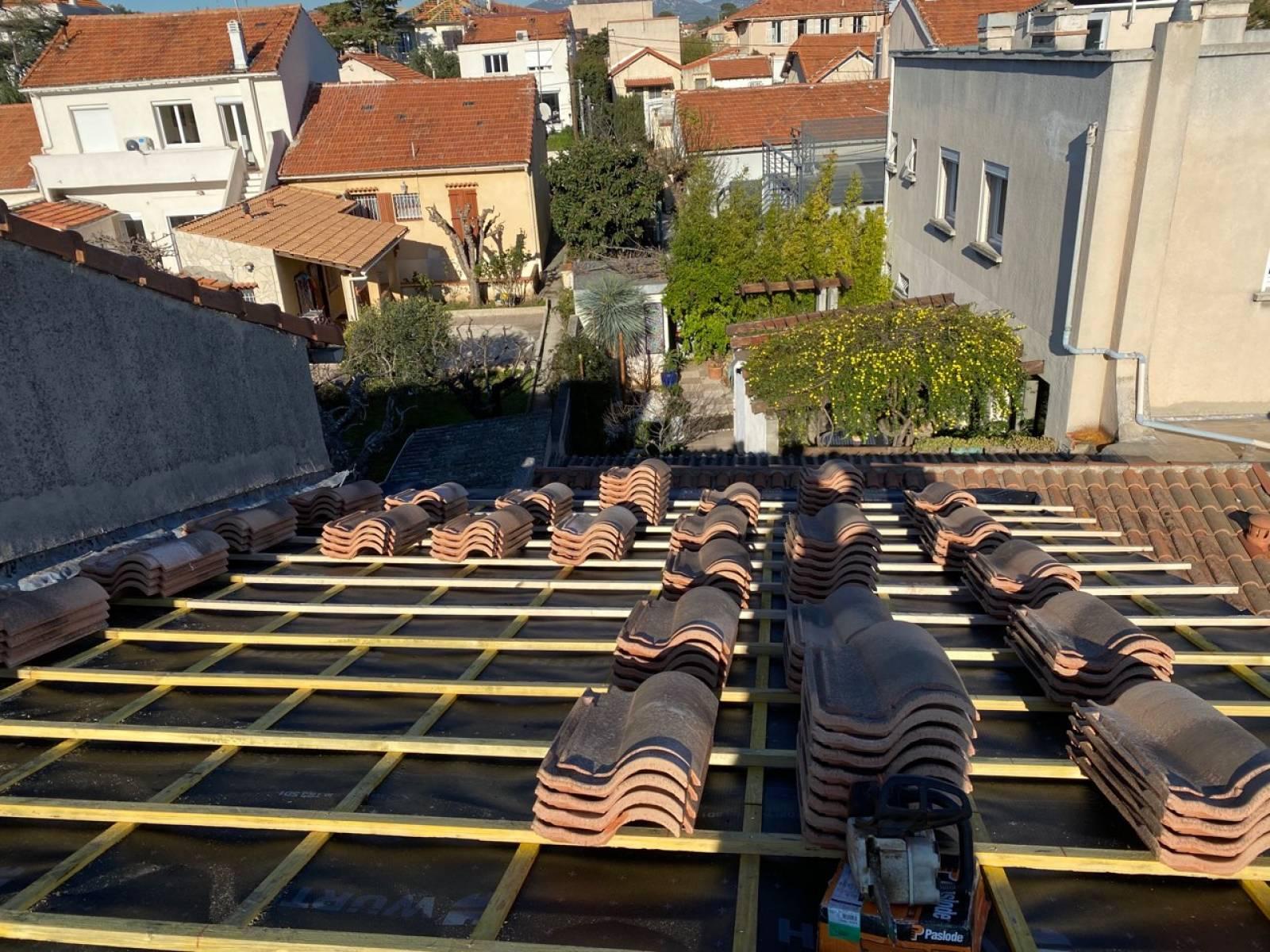 Remplacement des vieilles tuiles romanes sur la toiture d'une maison à Saint-Barnabé, Marseille ...