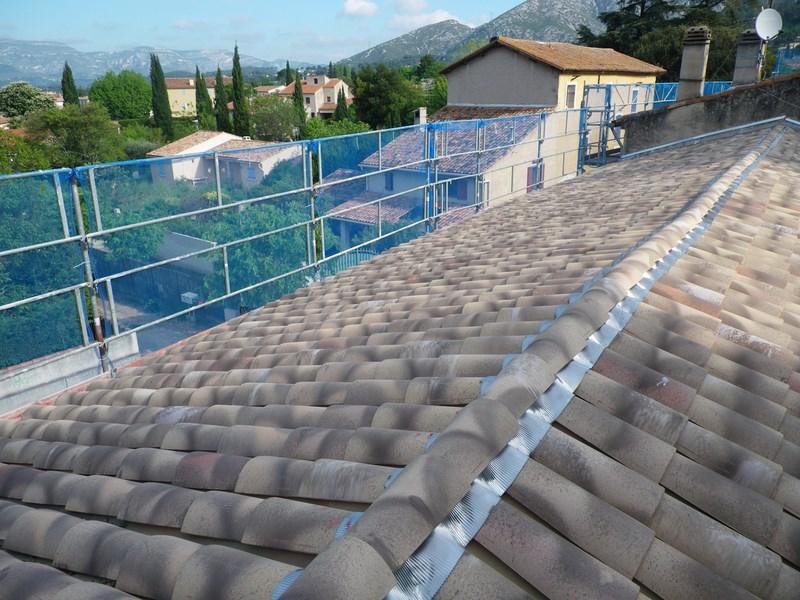 R novation d 39 une toiture d 39 un mas gemenos pose et for Renovation d une toiture