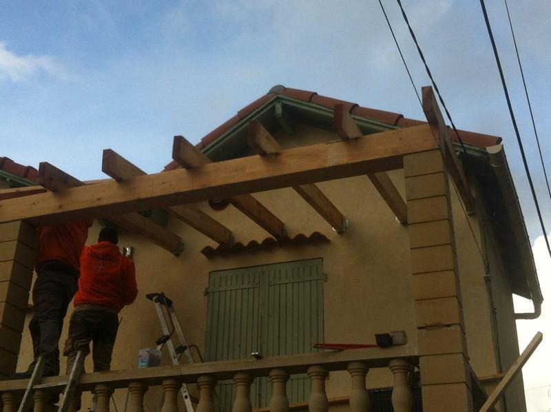 un abri terrasse de 20m² La charpente est en traditionnelle en